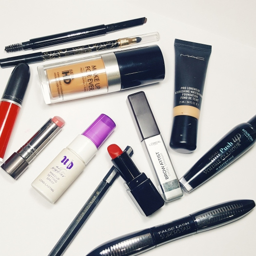 makeup packing list, travel tips, makeup on holiday, what makeup to carry when travelling